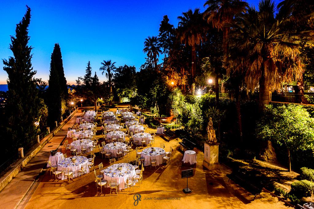 Reportaje del patio del Carmne de los Mártires con una boda