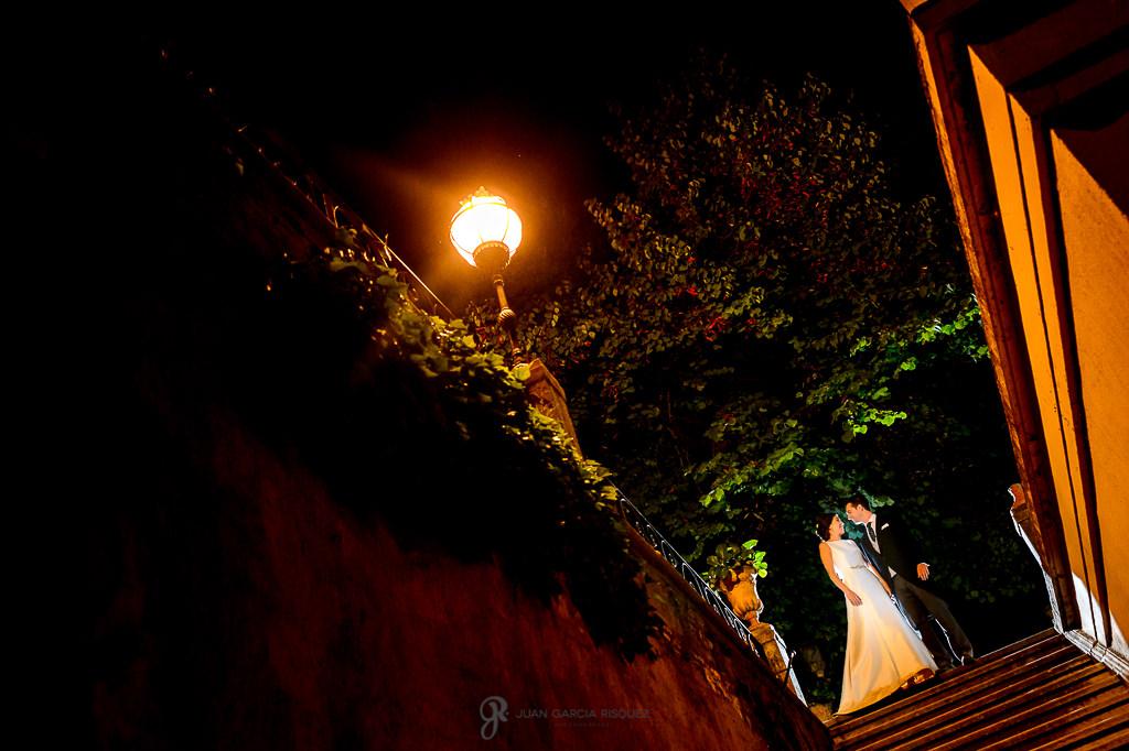 Fotos de novios en el Carmen de los Mártires mientras pasean
