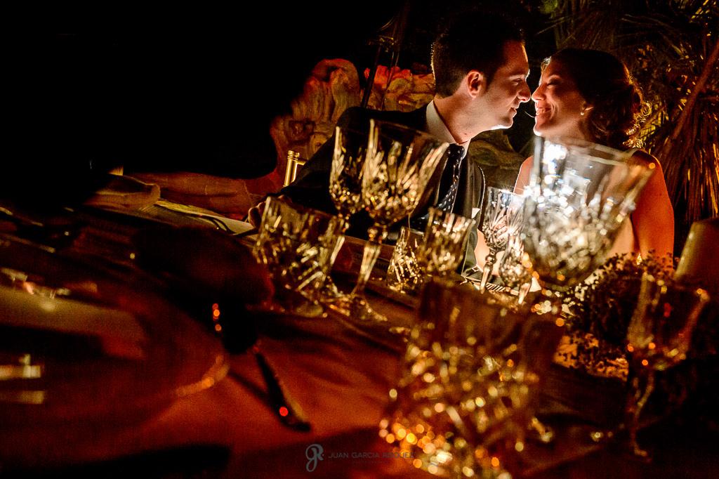 Novios besándose en su boda en el Carmen de los Mártires