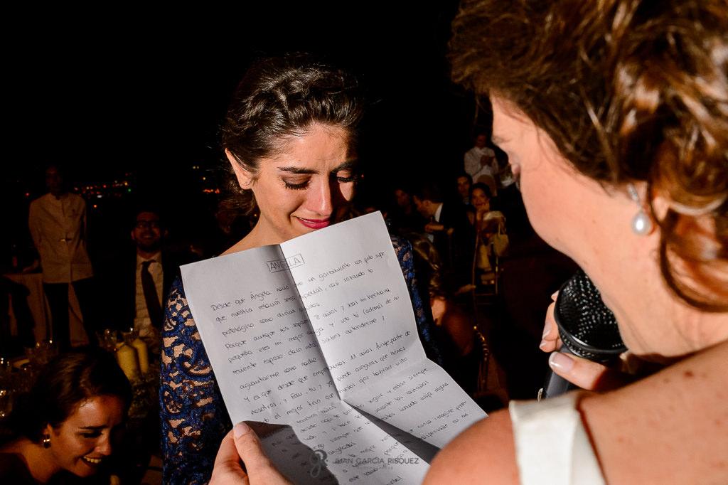 Novia leyendo un discurso a su hermana el día de su boda en el Carmen de los Mártires