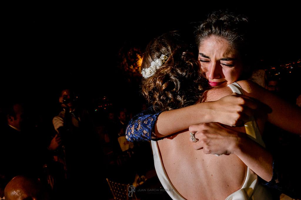 Hermana de la novia abrazándola después del discurso en su boda en el Carmen de los Mártires