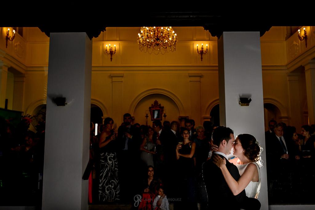 Primer baile de los novios en su boda en el Carmen de los Mártires