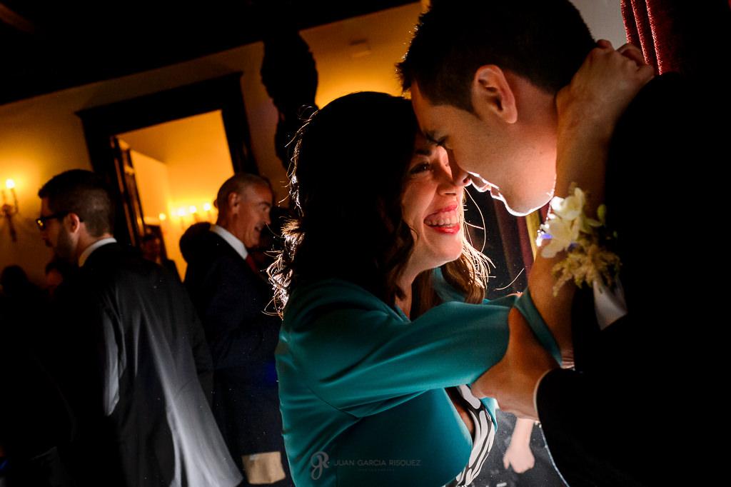 Invitados bailando en la fiesta de una boda en el Carmen de los Mártires