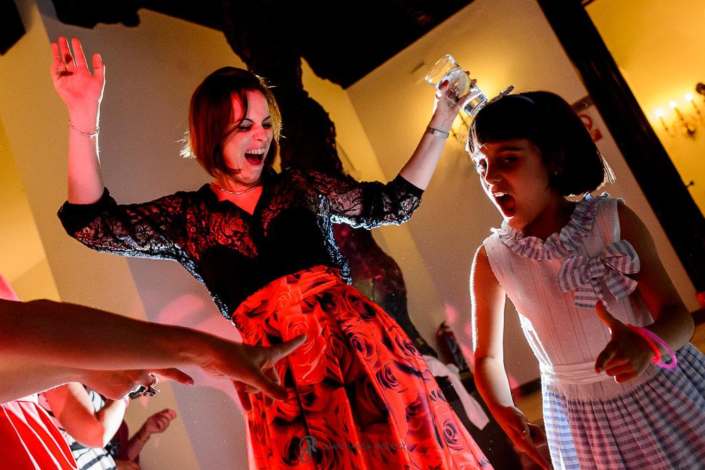 Invitados de una boda bailando en el Carmen de los Mártires en Granada