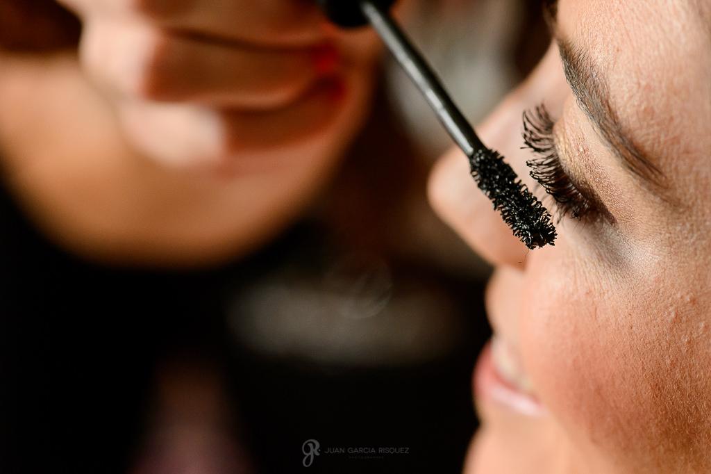 Foto de maquillaje de una novia en su boda en Granada