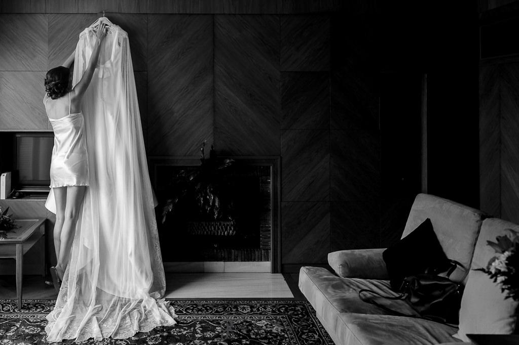 Reportaje de fotos de una novia colocando su vestido para su boda en el Carmen de los Mártires