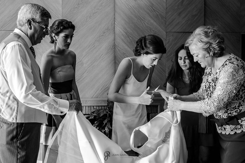 Foto de novia preparando su vestido de novia en su boda en Granada
