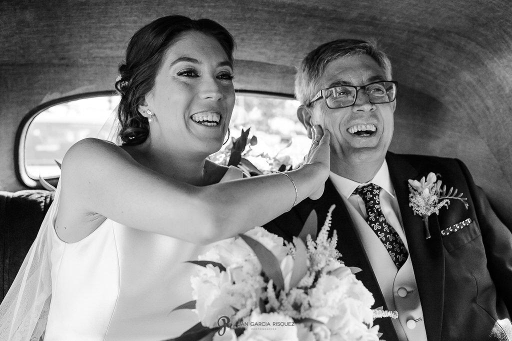 Fotografía de una novia con su padre en su boda en el Carmen de los Mártires