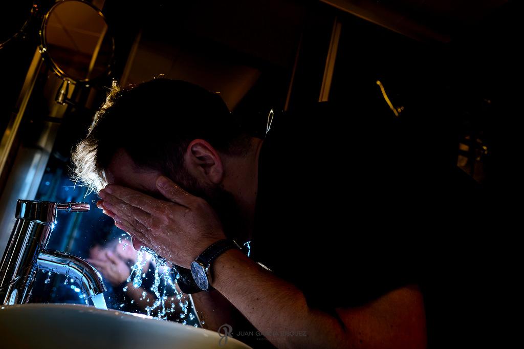Fotografia de un novio preparándose en finca Fuentepizarro en Madrid