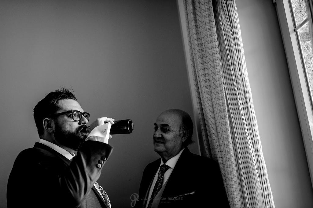 Novio bebiendo cerveza momentos antes del día de su boda
