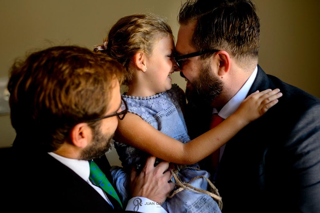 Fotografía de un novio con su sobrina y su hermana el día de su boda
