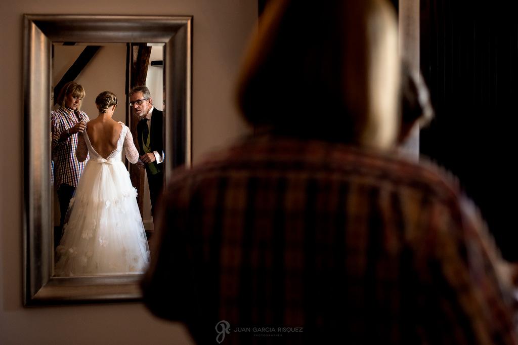 Fotografía de situación de una novia vistiéndose