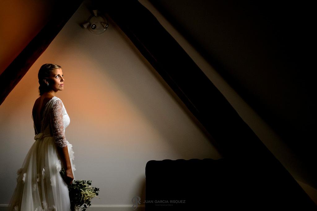 Retrato de una novia en una ventana el día de su boda en Madrid