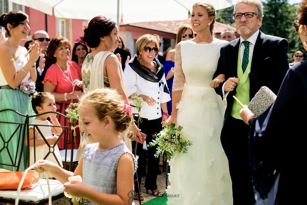 Fotografía de una novia entrando del brazo de su padre en Finca Fuentepizarro en Madrid