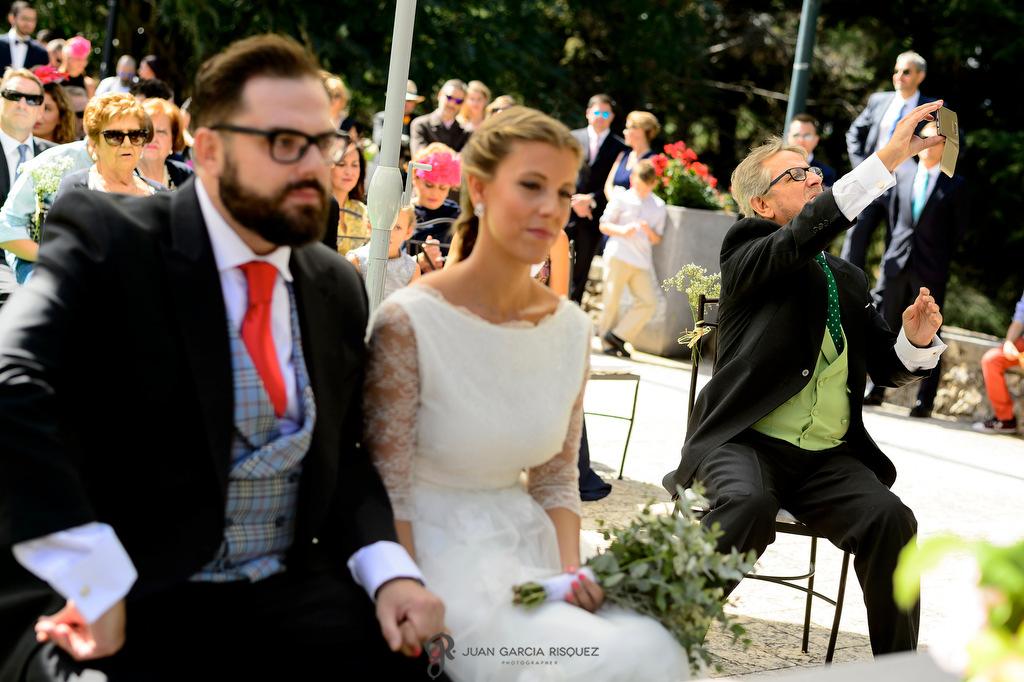 Foto del padre de la novia haciendo un selfie en la boda de su hija