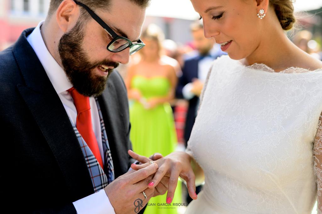 Fotografía de unos novios entregándose los anillos emocionados durante la ceremonia en Finca Fuentepizarro Madrid