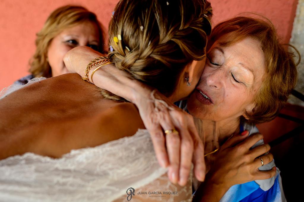Fotos de amigos de los novios dándole la enhorabuena a los novios una vez recién casados en Finca Fuentepizarro en Madrid