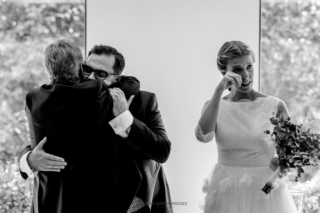 Foto de una novia emocionada mientras se abraza a su padre en Madrid