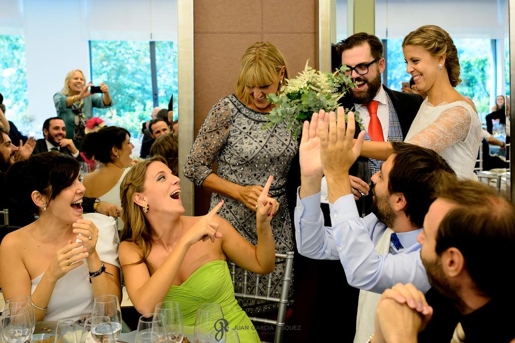 Fotografía de cuando la novia entrega su ramos a su hermana en su boda