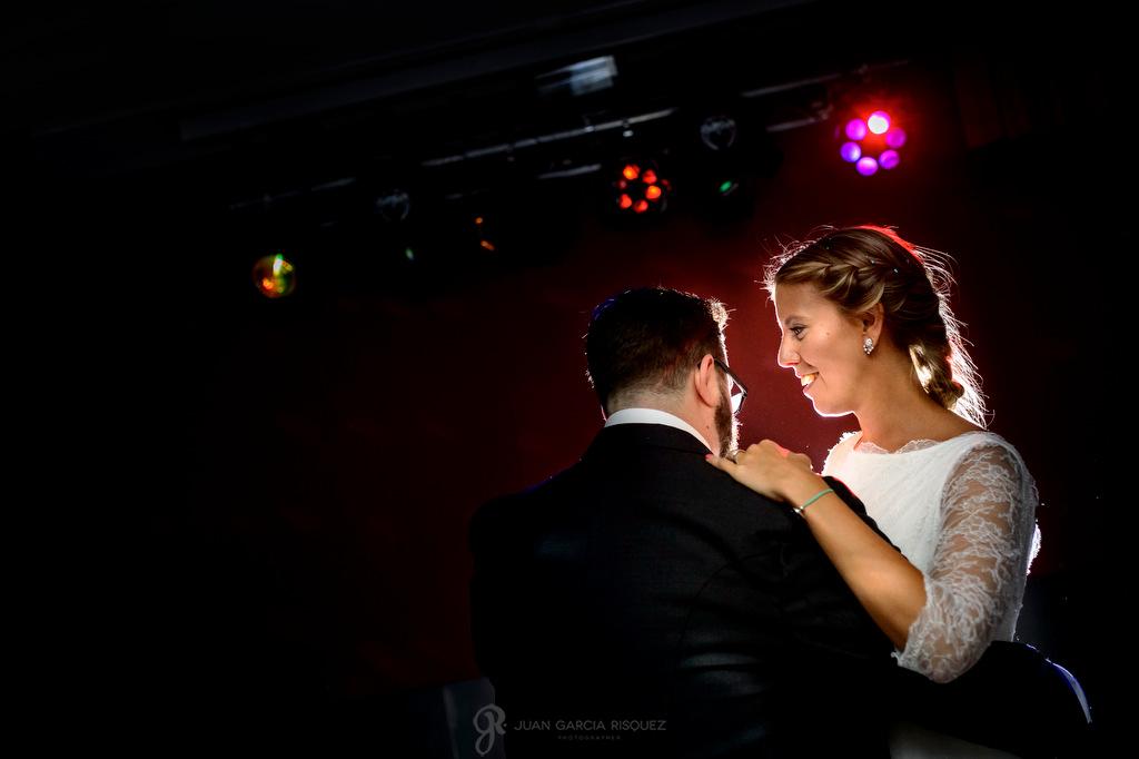 Fotos de unos novios bailando con sus invitados en su primer baile en Finca Fuentepizarro Madrid