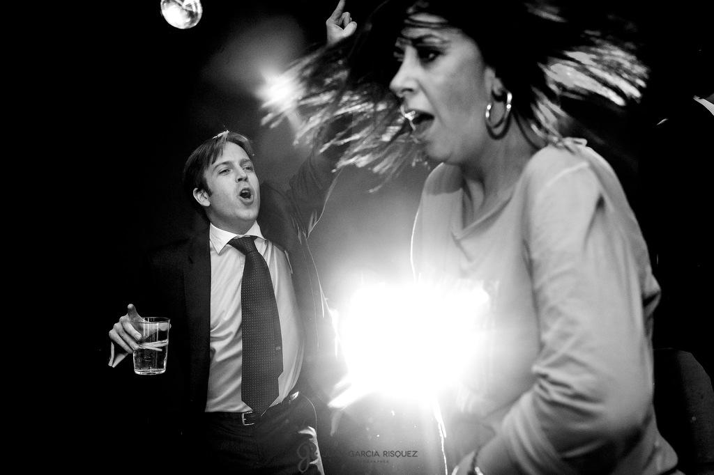 Fotos de invitados disfrutando del baile y la fiesta en la boda de sus mejores amigos