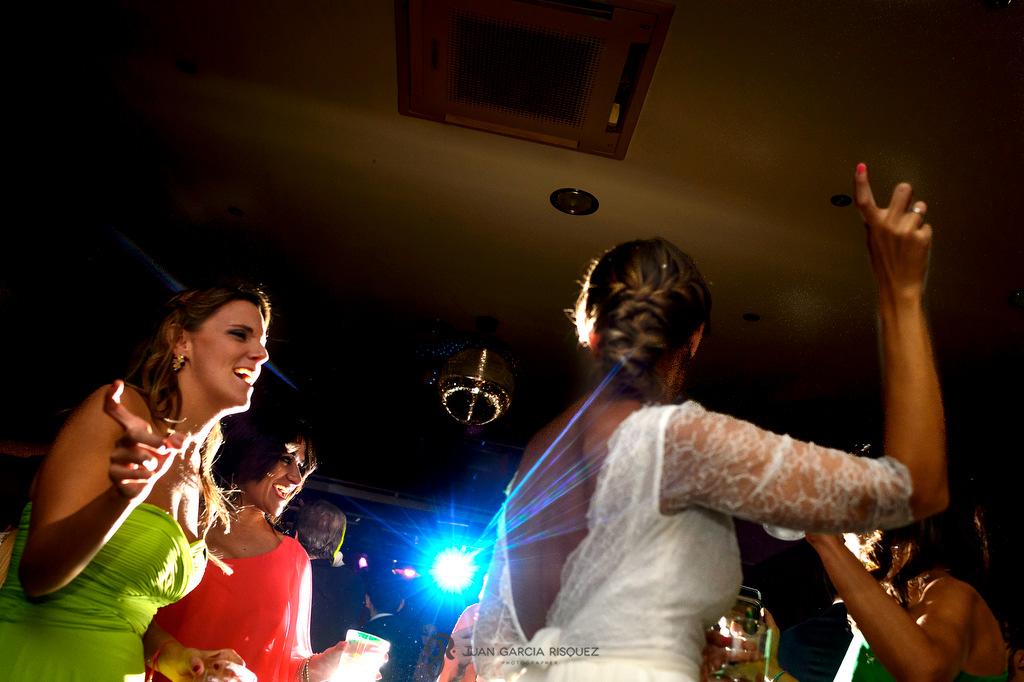 Fotos de la fiesta donde la novia baila con sus invitados en la finca Fuentepizarro en Madrid