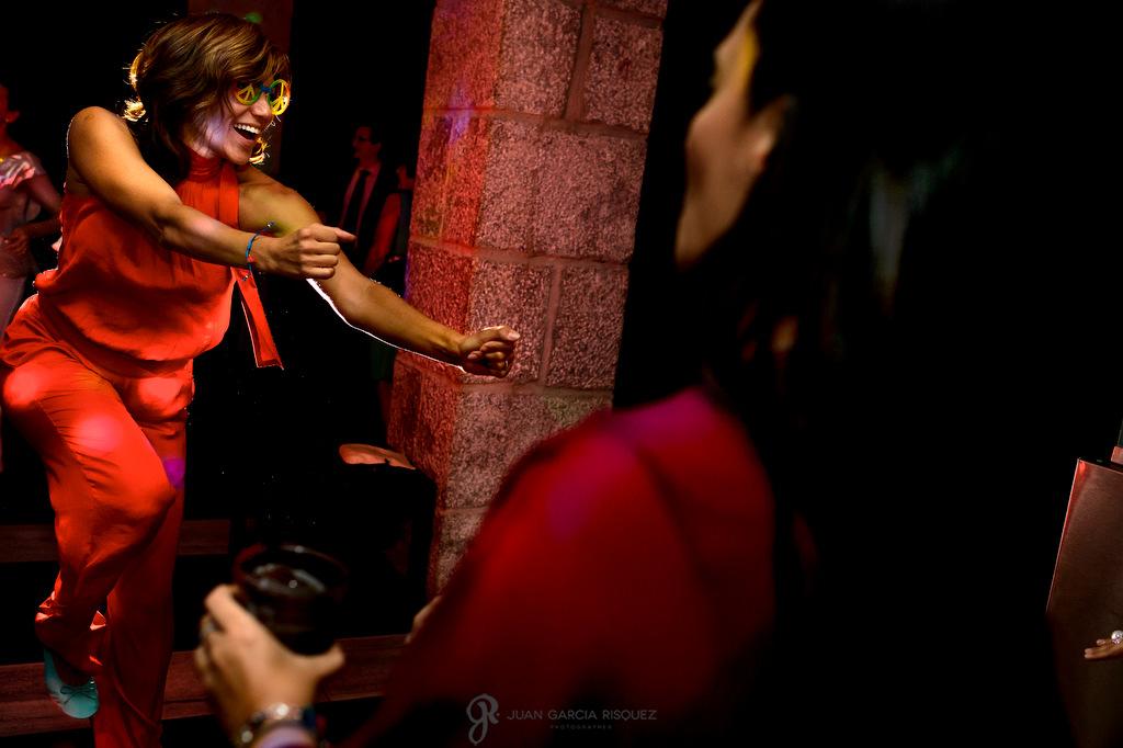 Fotografía de invitados disfrutando del baile y la fiesta en la boda de sus mejores amigos