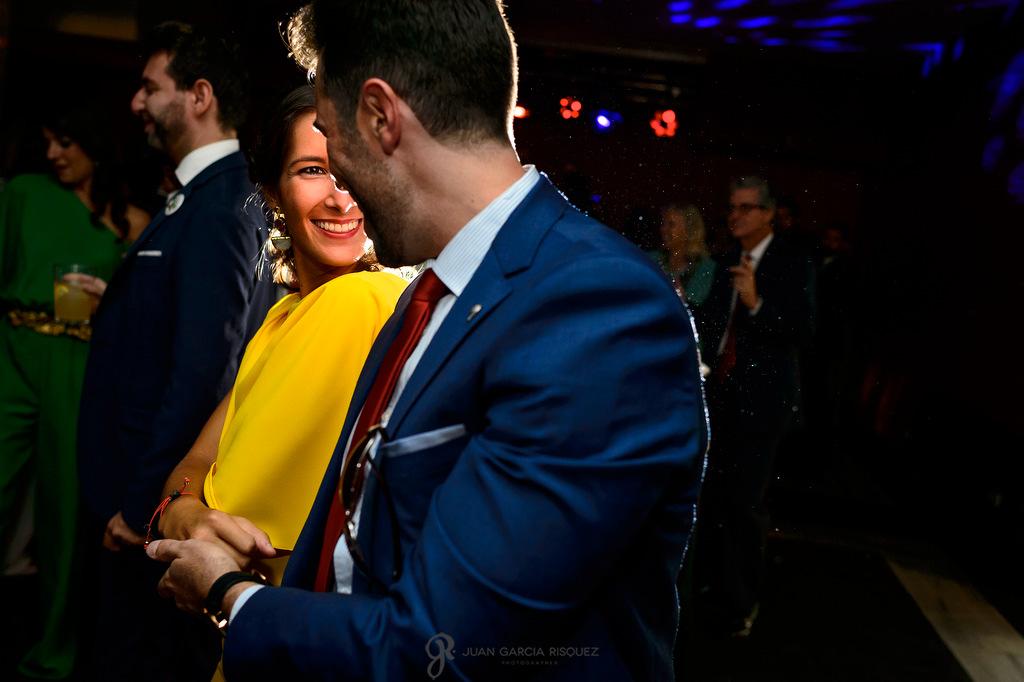 Invitados disfrutando del baile y la fiesta en la boda de sus mejores amigos