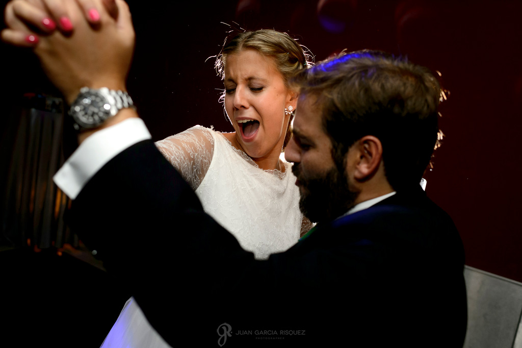 Reportaje de fotos de una novia disfrutando en su baile de bodas
