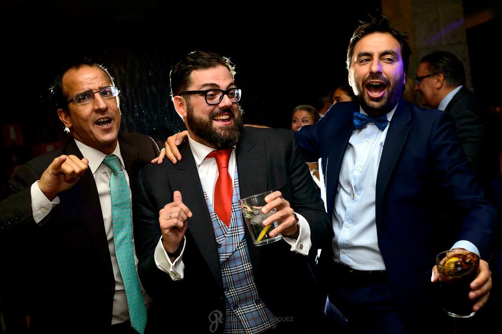 Fotografía de un novio disfrutando con sus amigos en su boda en Madrid
