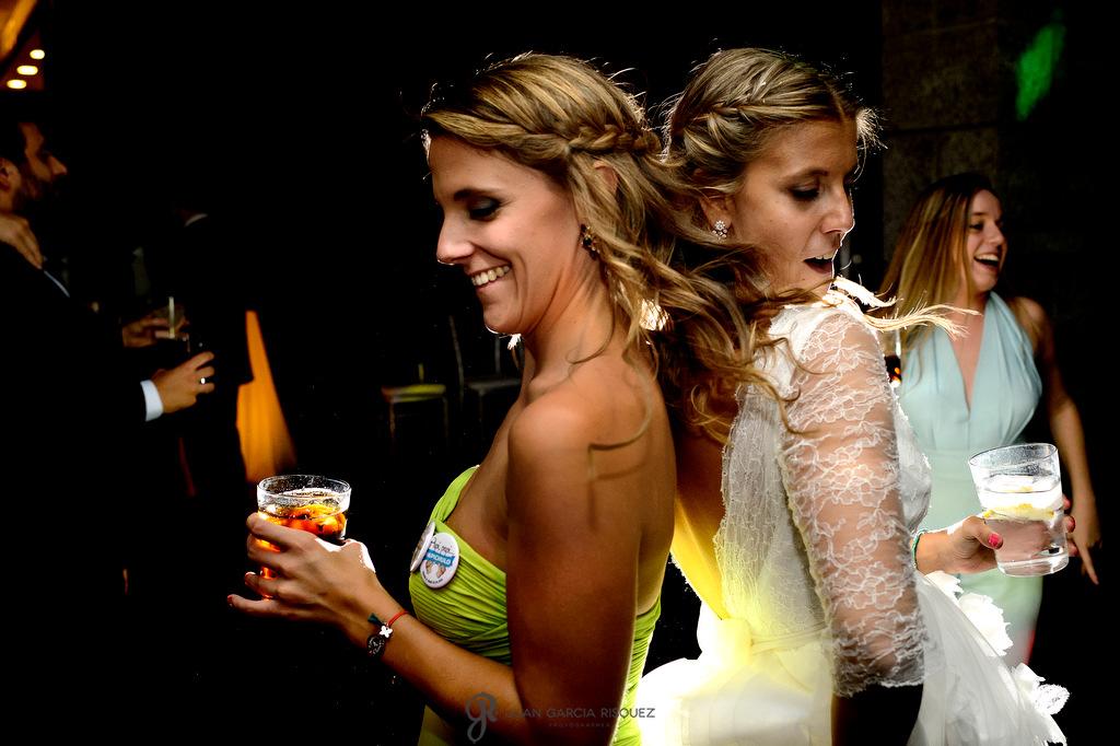 Foto de una novia con su hermana bailando el día de su boda