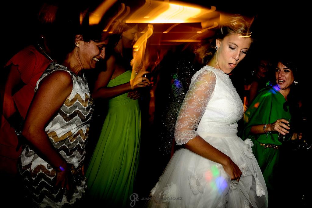 Novia disfrutando en si boda en la Finca Fuentepizarro de Madrid