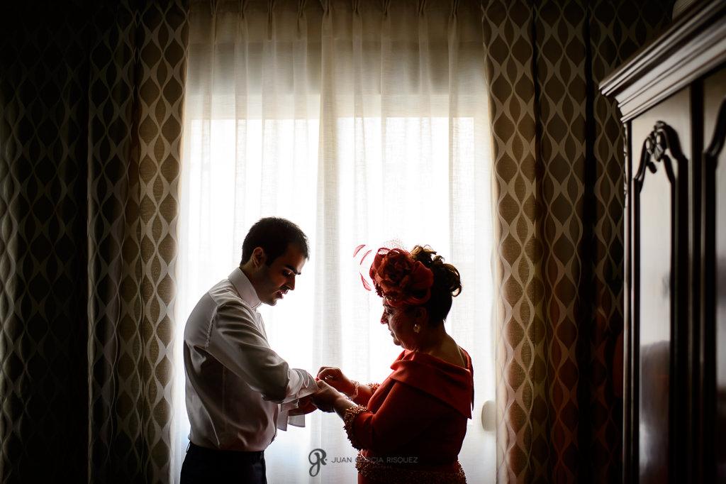 Fotografía de boda documental en Jaén para un novio vistiéndose