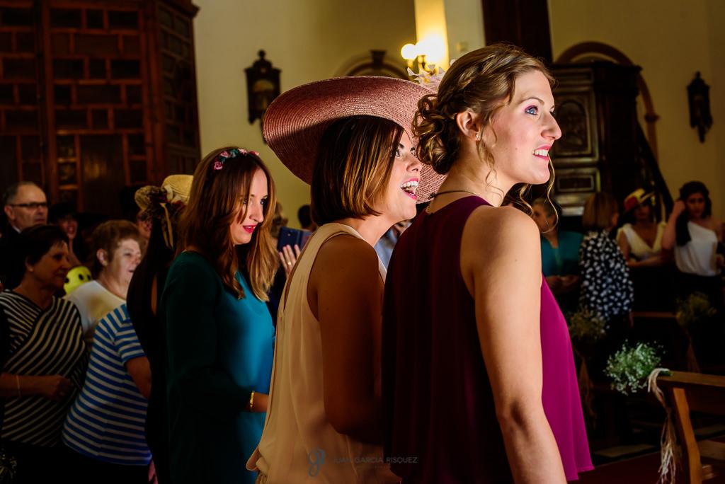 Fotos documentales y reales de las amigas esperando para ver a la novia como entra en la iglesia