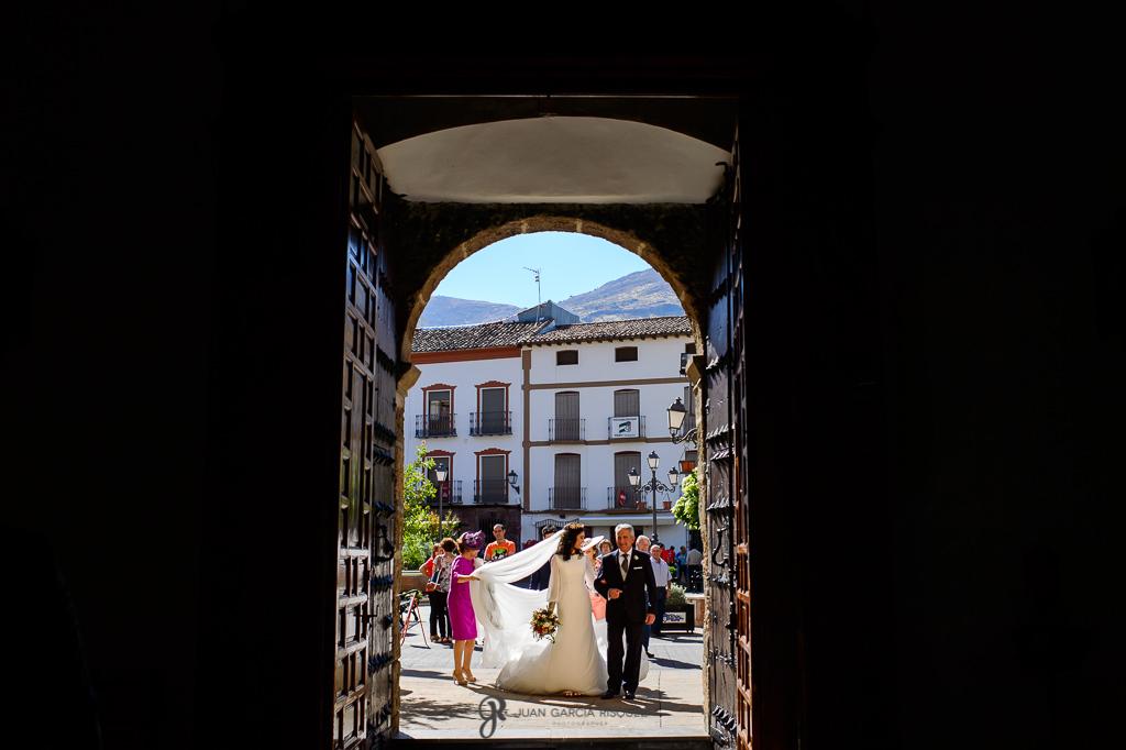 Fotos de boda de una novia entrando a la iglesia en su boda en Jaén