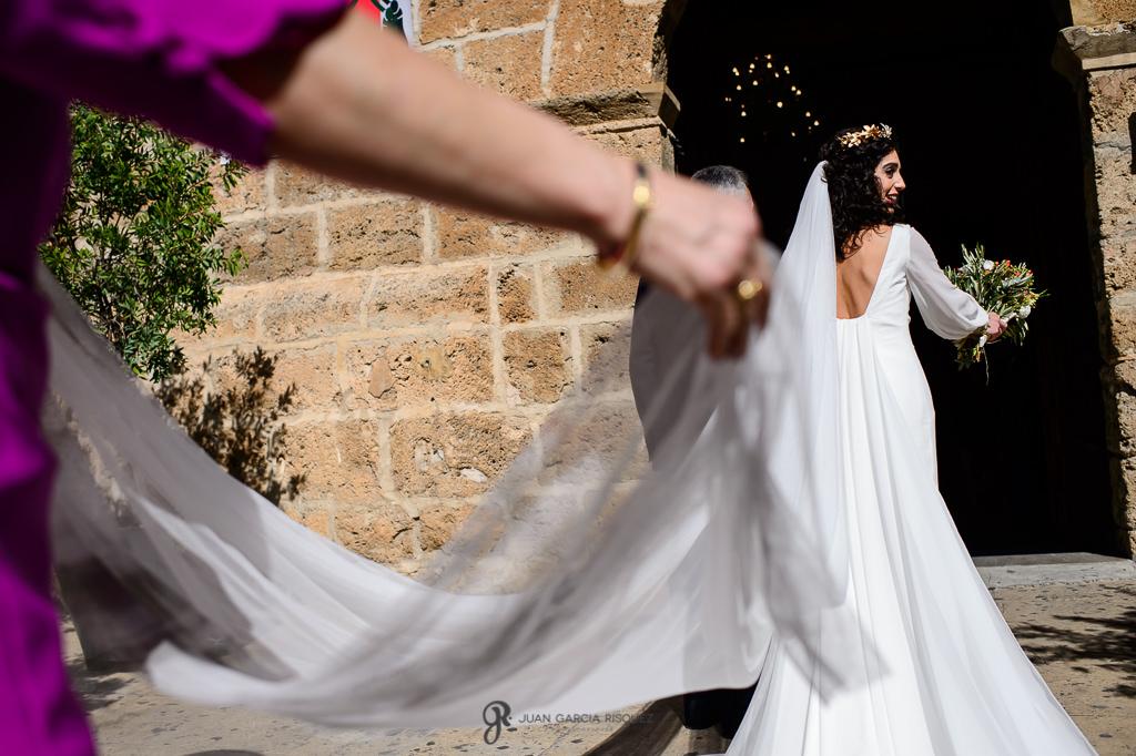 Velo de la novia colocado para entrar en la iglesia de su boda en Jaén para fotografía real y documental