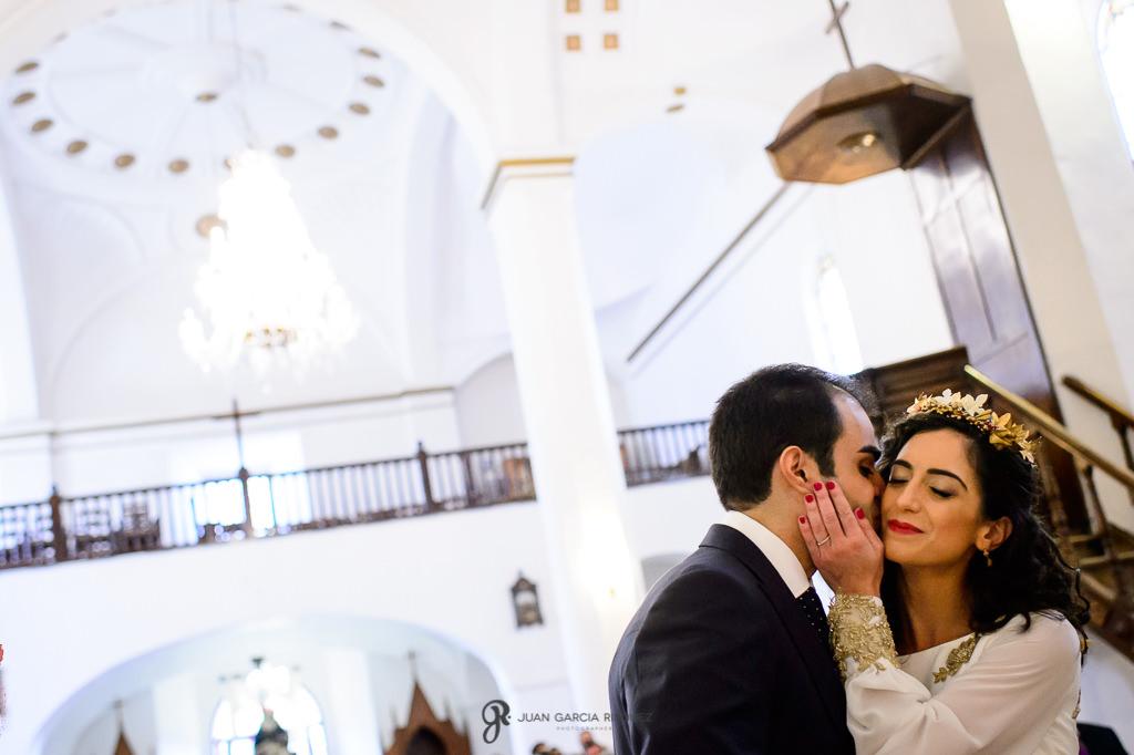 Fotografías de novios besándose durante su boda en Jaén