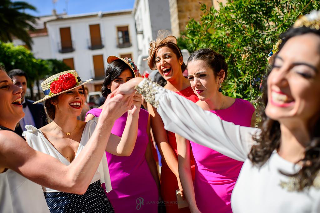 Fotos de las amigas de la novia mirando su anillo de recién casada