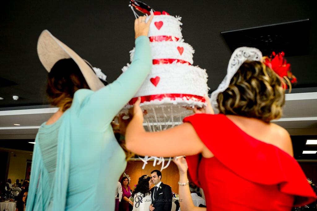 Fotografía de novios esperando que le entreguen un regalo en el día de su boda en Jaén