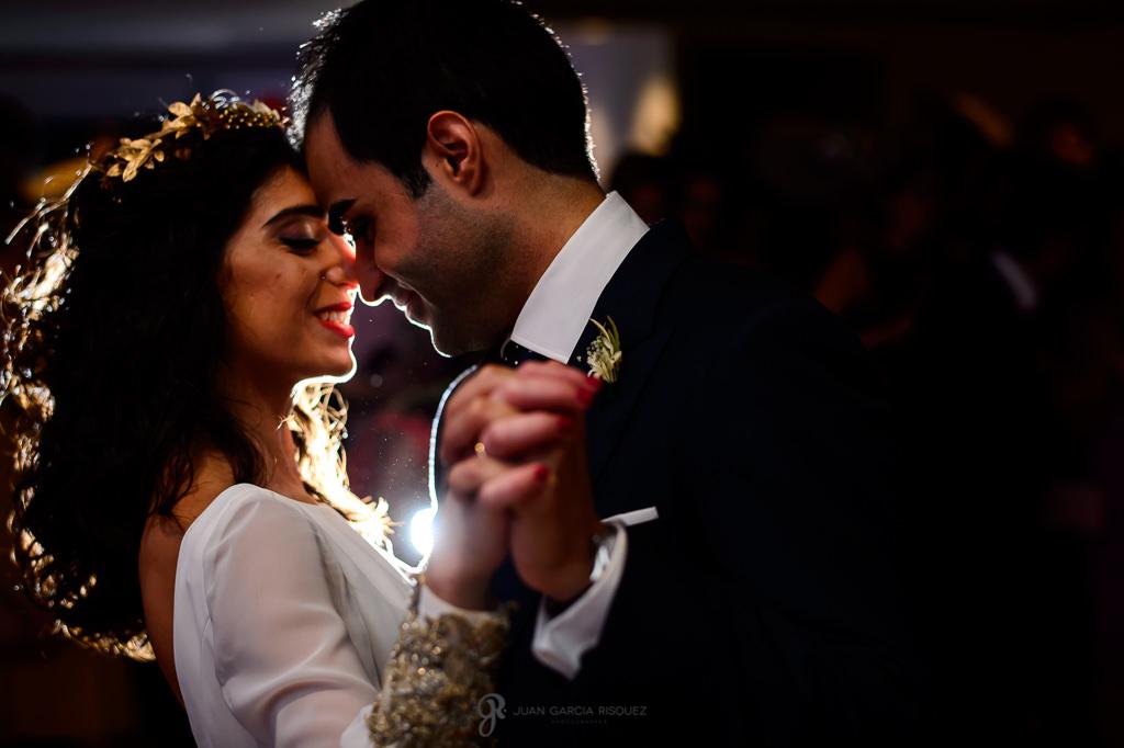 Reportaje de fotos de unos novios en Jaén durante su primer baile en su boda