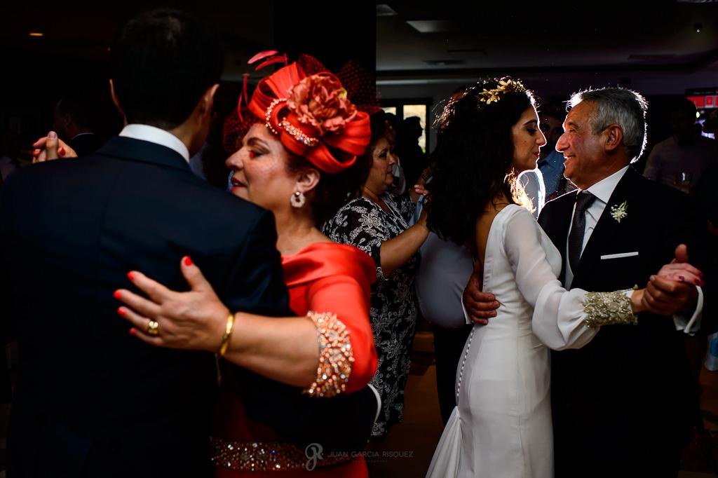 Novios compartiendo el primer baile de recién casados de su boda en Jaén con sus padres