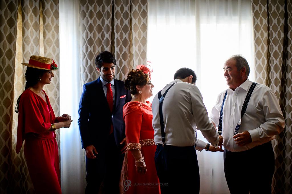 Fotografía documental en Jaén de una familia preparándose para la ceremonia