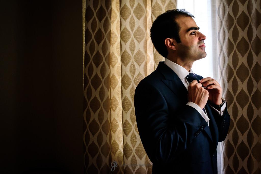 Fotos documentales de un novio mientras se prepara para la boda