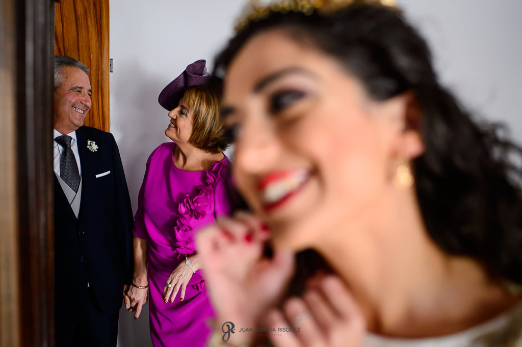 Fotografía de boda real de familia preparándose para la ceremonia