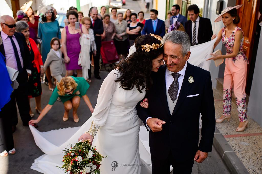 Fotografía de boda real y documental en Jaén de novia con su padre