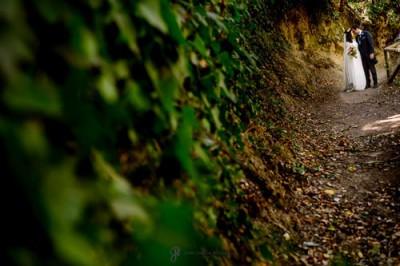 Fotografía documental de unos novios por un paraje en la naturaleza en Jaén