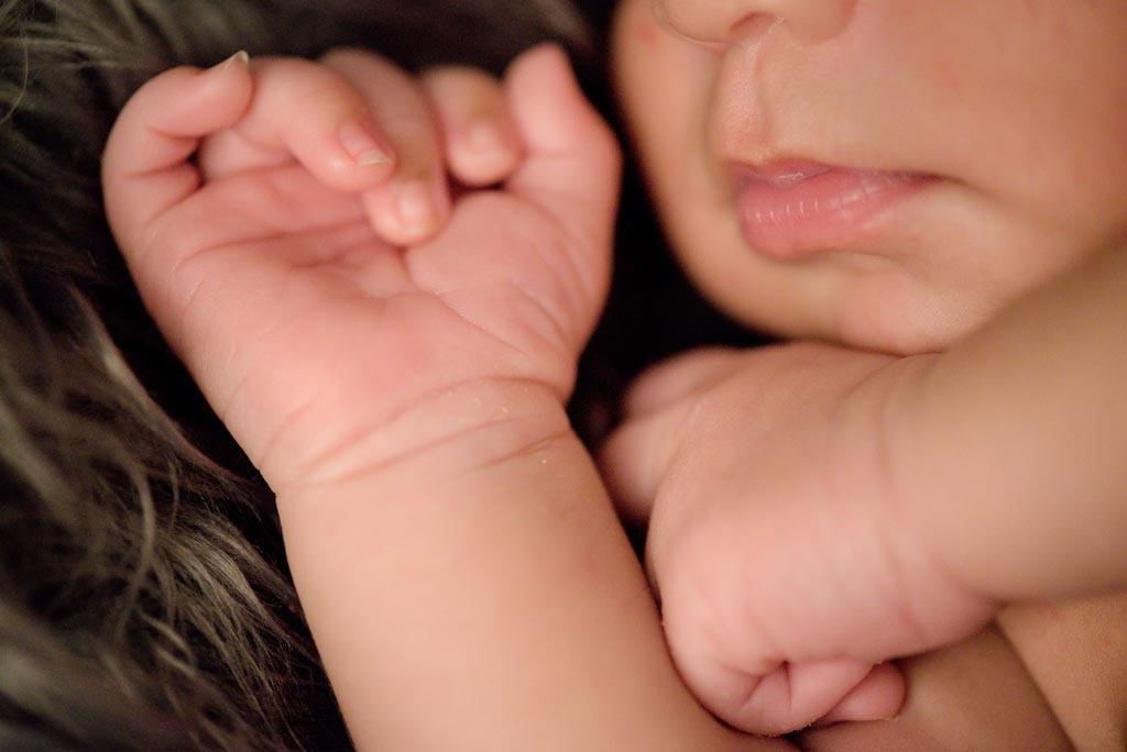 Fotografía de un bebé durmiendo en su sesión de fotos recién nacido
