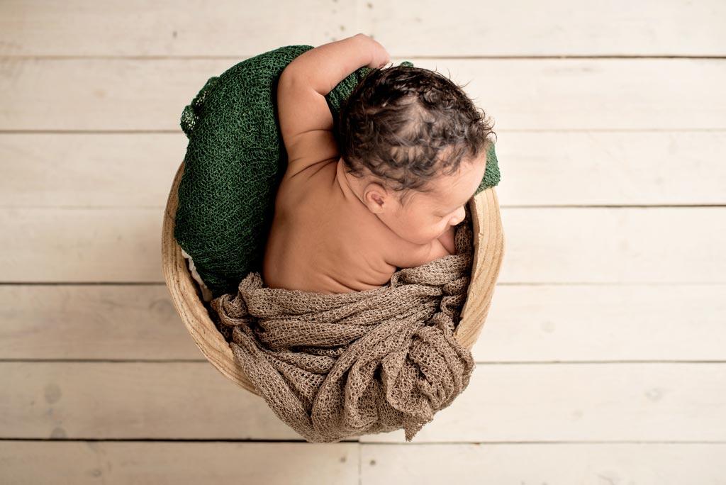 Fotos de un bebé durmiendo en su sesión de fotos recién nacido
