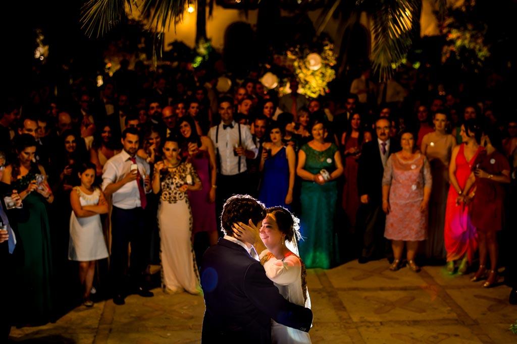 Novios bailando alrededor de los invitados en su boda