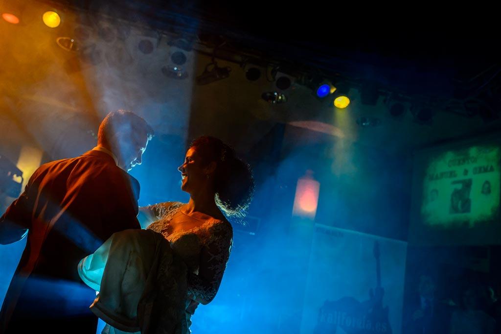 Novios bailan una coreografía para su boda